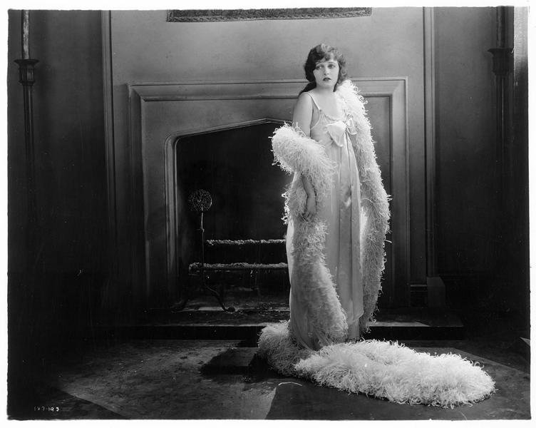 Laline Kingston (C. Griffith) devant la cheminée
