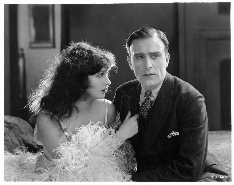 Laline Kingston (C. Griffith) et Dion Leslie (F. Mayo) dans une chambre
