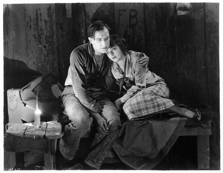 Laline Kingston (C. Griffith) et Dion Leslie (F. Mayo) dans une cabane