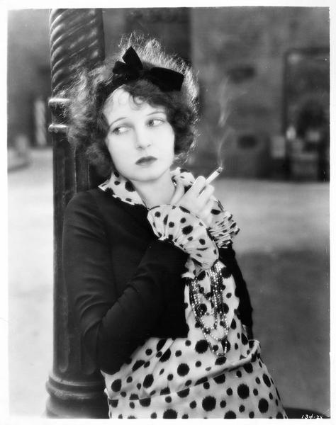 Miriam (C. Griffith) fumant une cigarette