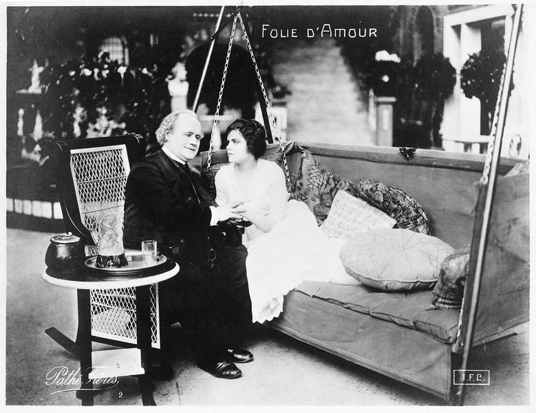 Clarice (E. Hammerstein) sur une balancelle en compagnie du pasteur (E. Kimball)