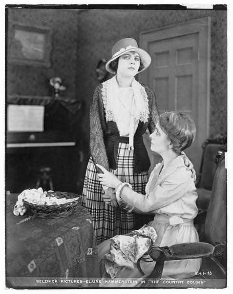 Une dame assise tenant la main de Nancy Price (E. Hammerstein)