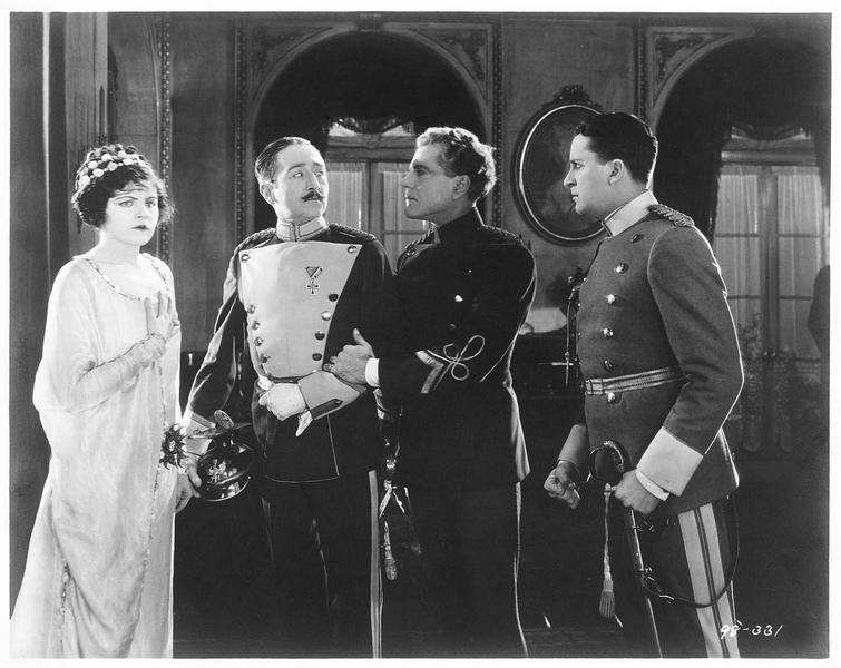 La reine Flavia (E. Hammerstein), le comte Rischenheim (A. Menjou), le roi de Ruritania (B. Lytell) et le comte Fritz (B. Washburn)