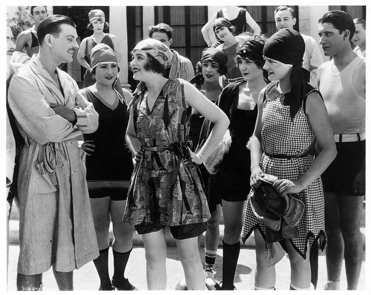 Hommes et femmes en tenue légère