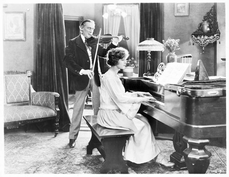 Ruth Cassell (M. de la Motte) au piano, accompagnée par Jerry Ryan (D. Butler) au violon
