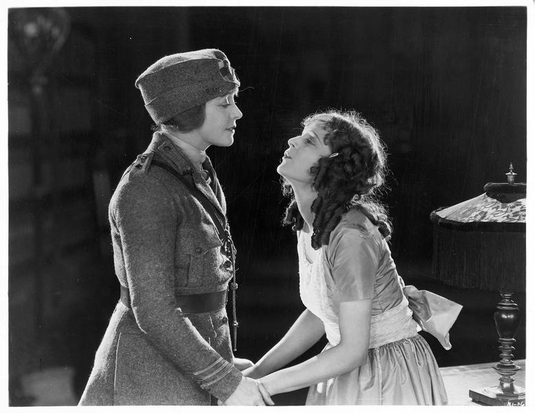 Sylvia Fair (M. de la Motte) et une jeune femme