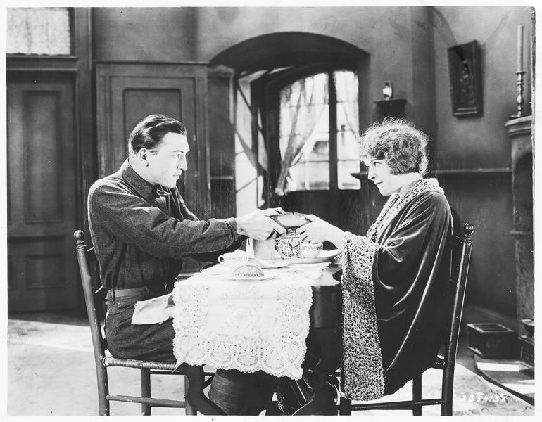 Fred Williams (C. E. Mack) et Mary Phillips (M. de la Motte) prenant le petit déjeuner