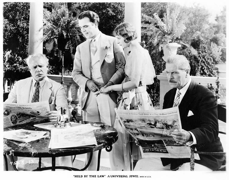 George Travis (R. Lewis), Tom Sinclair (J. Walker), Mary Travis (M. de la Motte) et un 4ème personnage lisant le journal sur la terrasse