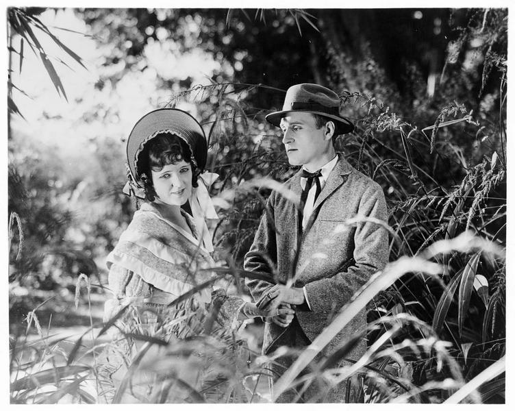 Jessie Gordon (J. Paige) et Harry Blomefield (J. Morrison) dans un parc