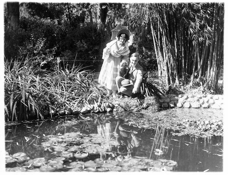 Jessie Gordon (J. Paige) et Harry Blomefield (J. Morrison) au bord d'un étang