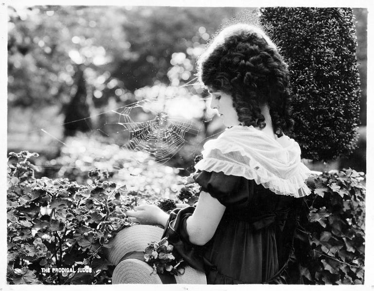Betty Malroy (J. Paige) dans le jardin