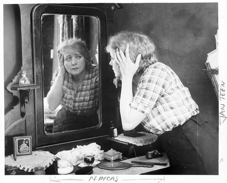 Ruth Cleave-Mrs. Ellsworth (M. Stedman) devant son miroir