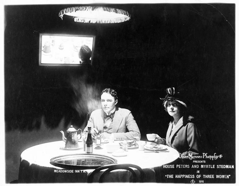 Billy Craig (H. Peters) et Constance Barr (M. Stedman) à table