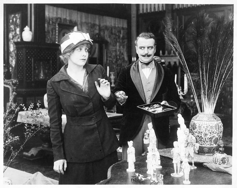 Un homme présentant des objets à une femme