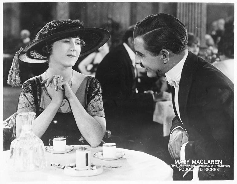 Becky (M. MacLaren) au restaurant en compagnie d'un homme
