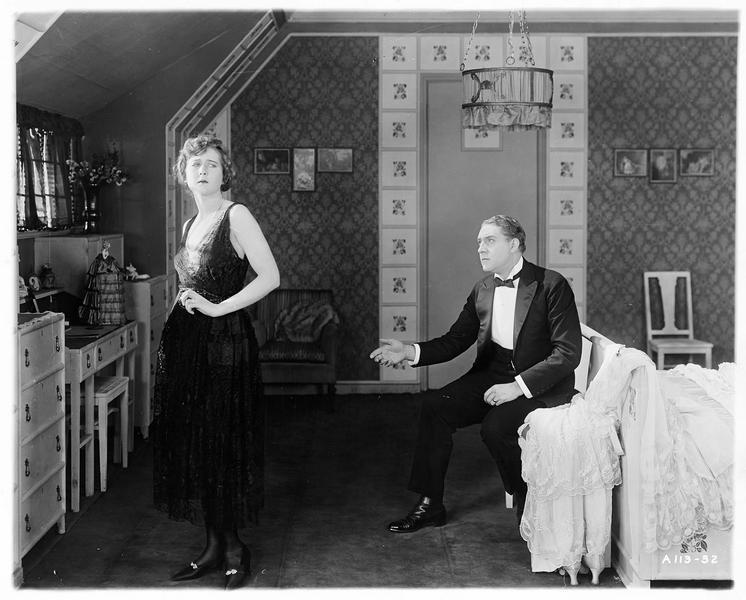 Diana Manneers (M. MacLaren) et Frank Manners (H. Herbert) dans la chambre