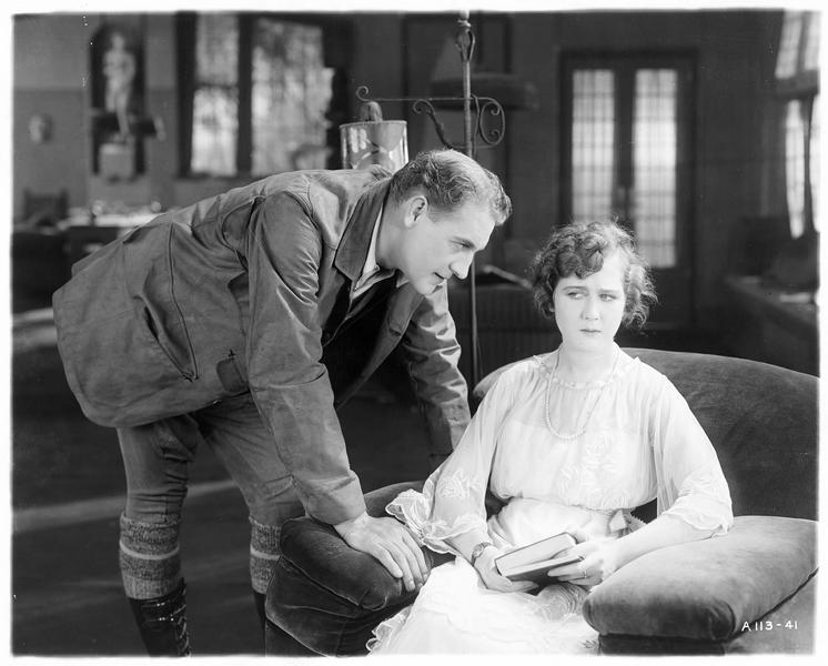 Diana Manneers (M. MacLaren) et Frank Manners (H. Herbert) dans le salon