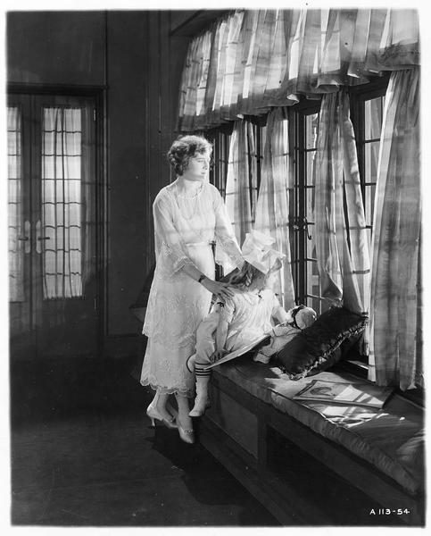 Diana Manneers (M. MacLaren) avec une fillette