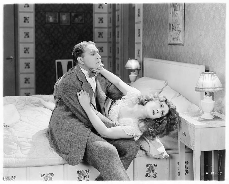 Diana Manneers (M. MacLaren) repoussant Frank Manners (H. Herbert)