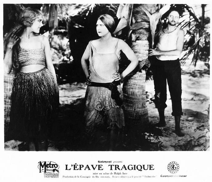 Irene Carlton (M. MacLaren), Olive Granger (J. Tolley) et Paul Gin Patterson (M. B. Flynn) dans une palmeraie