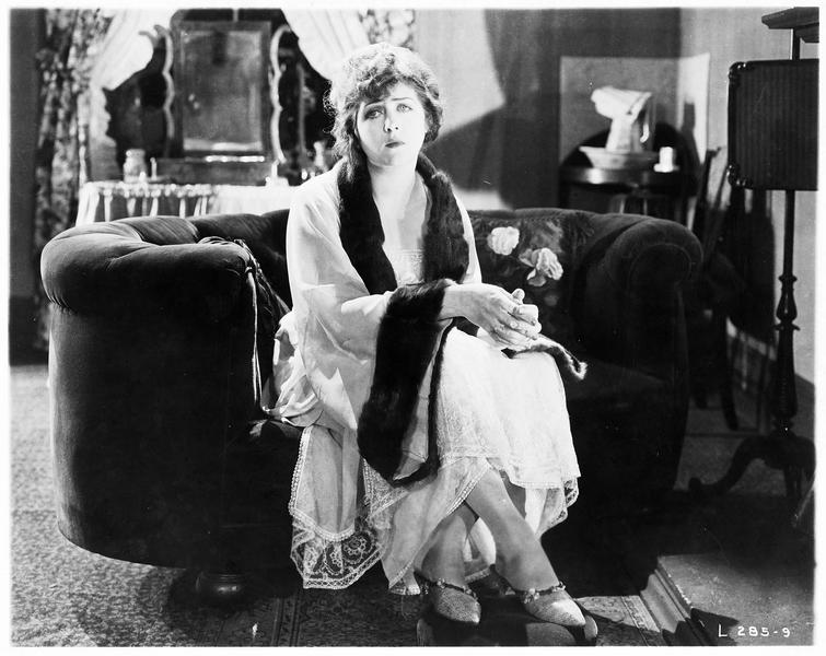 Mary MacNeill (K. MacDonald) dans le salon