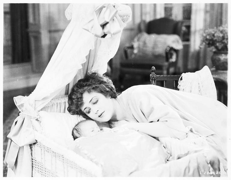 Mary MacNeill (K. MacDonald) veillant sur son nourrisson
