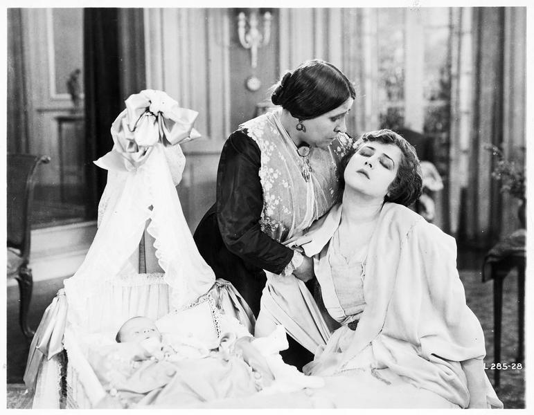 Mary MacNeill (K. MacDonald) faisant un malaise