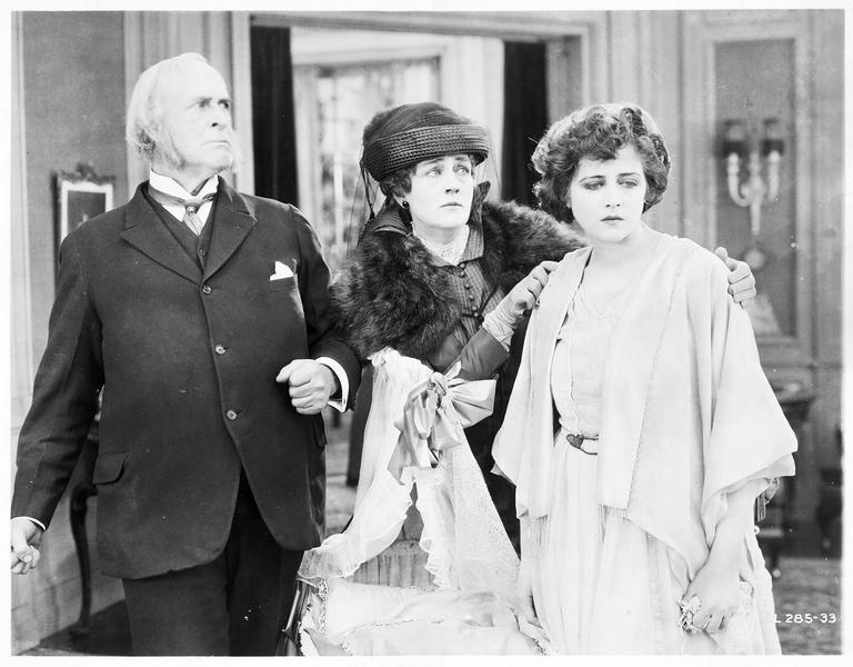 Mary MacNeill (K. MacDonald), Daniel MacNeill (T. Roberts) et une dame