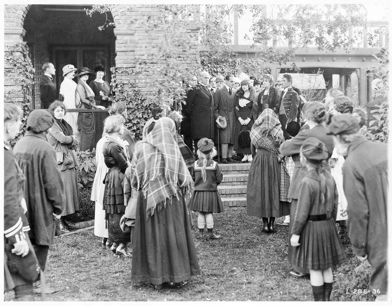 Le mariage de Mary MacNeill (K. MacDonald), Lord Raa (J. Holt) et Daniel MacNeill (T. Roberts) devant une assemblée de personnes