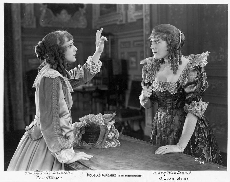 Constance Bonacieux (M. de la Motte) et la reine Anne d'Autriche (M. MacLaren)