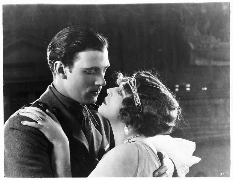 Elinor Carew (K. MacDonald) et Clyde Lord Geradine (W. Pidgeon) s'embrassant