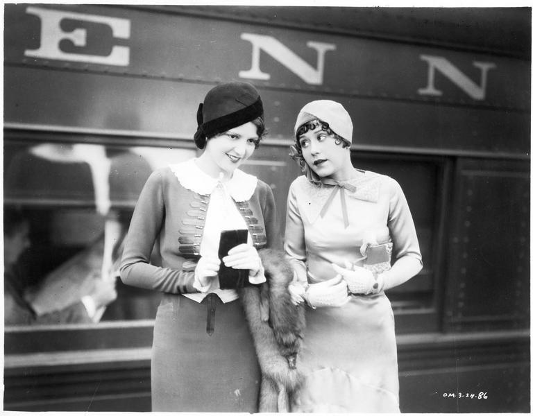 Sally (S. Carol) et Jane (A. Vaughan) sur le quai d'une gare