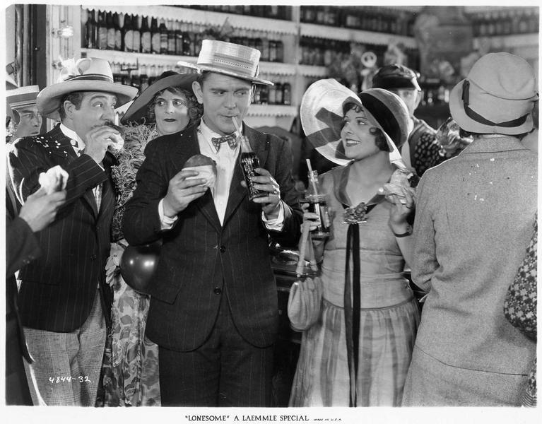 Mary (B. Kent) buvant un soda dans un troquet