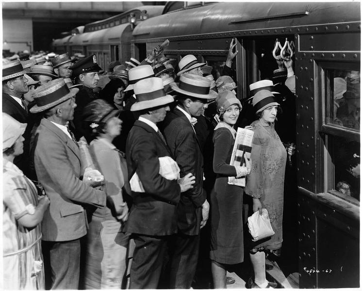 Mary (B. Kent) s'apprêtant à monter dans le train