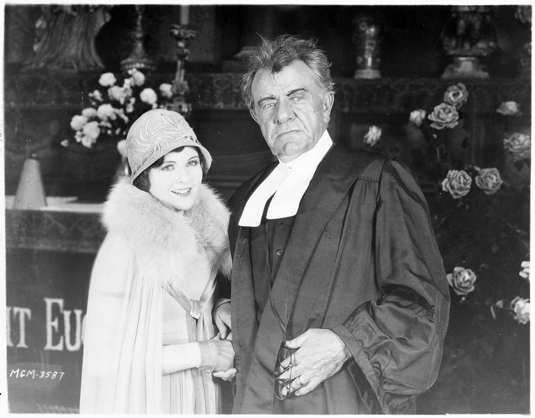 Une jeune femme (B. Kent) et un avocat (G. Fawcett)
