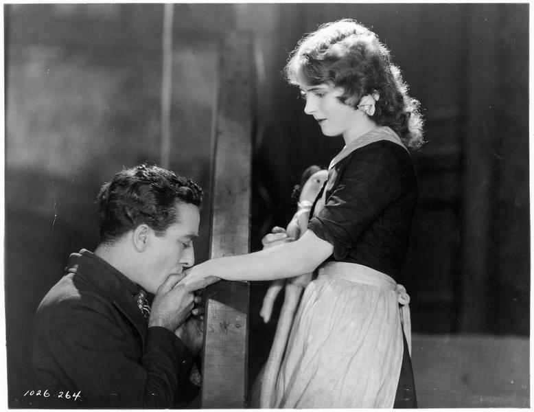 Steve Doren (J. Mulhall) embrassant la main de Mary (L. Moran)