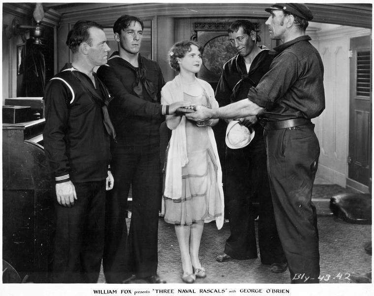Lorette (L. Moran) dans un bateau avec des marins