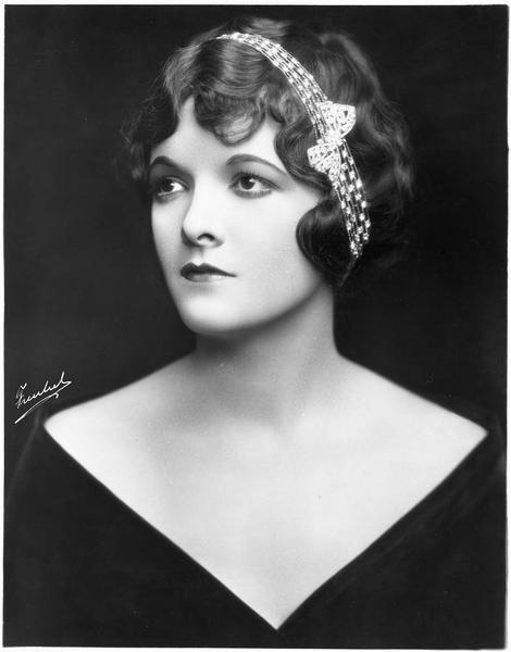 Portrait de Marian Nixon dans le rôle de Nora Cavanaugh