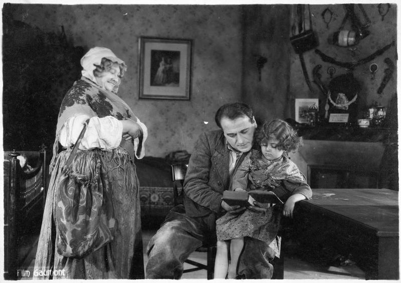 La mère Moscou (M. Guitty) et Bamboche (A. Decoeur) tenant une fillette sur les genoux