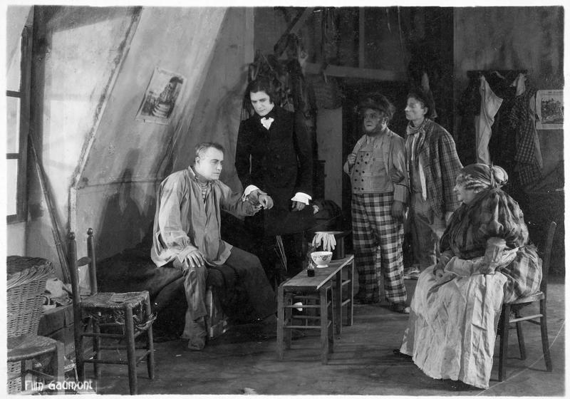 La mère Moscou (M. Guitty), le Dr Verdier (R. Norman) et Bamboche (A. Decoeur)