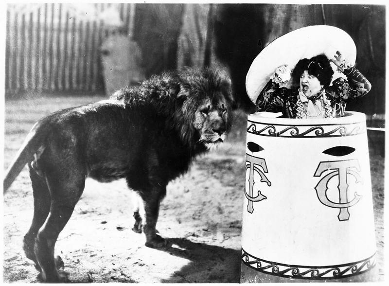 Une femme (M. Guitty) effrayée à la vue d'un lion