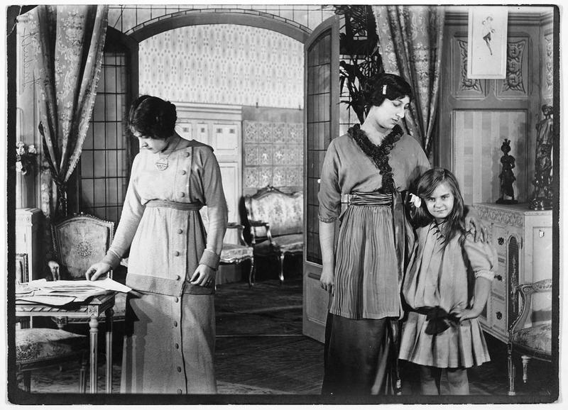 Une fillette et deux jeunes femmes