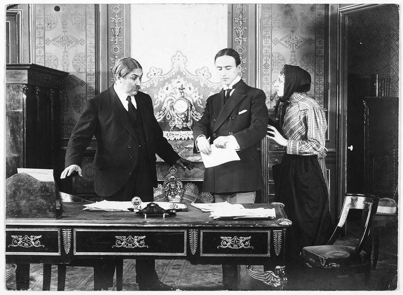 Deux hommes et une femme dans un bureau