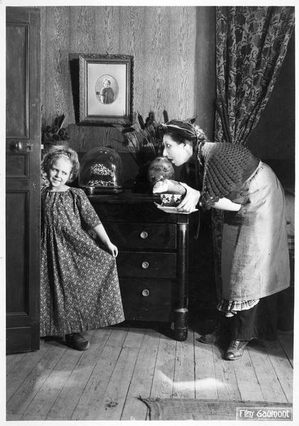 Une femme tenant le petit déjeuner et une fillette