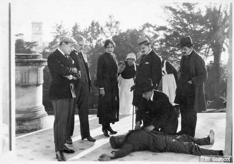 Un jeune homme gisant sur le sol d'une terrasse