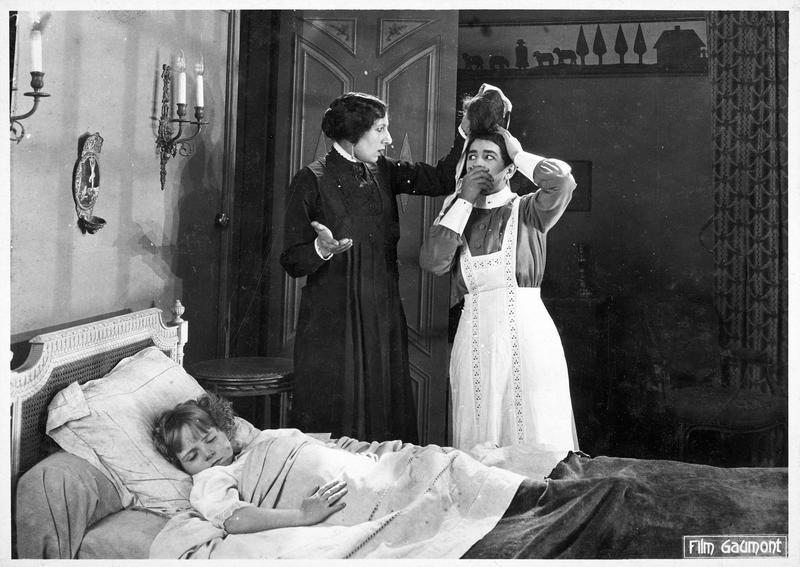 Le détective Félix Perrin (R. Poyen), Palmyre (A. Tissot) et Josette (Bouboule) dormant dans le lit