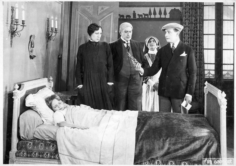 Palmyre (A. Tissot), M. Decoudray (E. André), le détective Félix Perrin (R. Poyen), le détective Claudin (F. Herrmann) et Josette (Bouboule) dormant dans le lit
