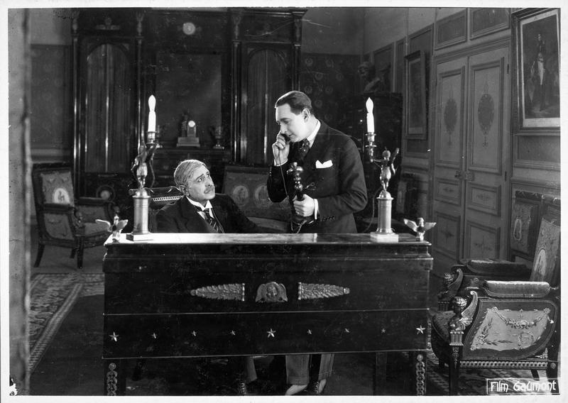 M. Decoudray (E. André) et le détective Claudin (F. Herrmann) dans le bureau