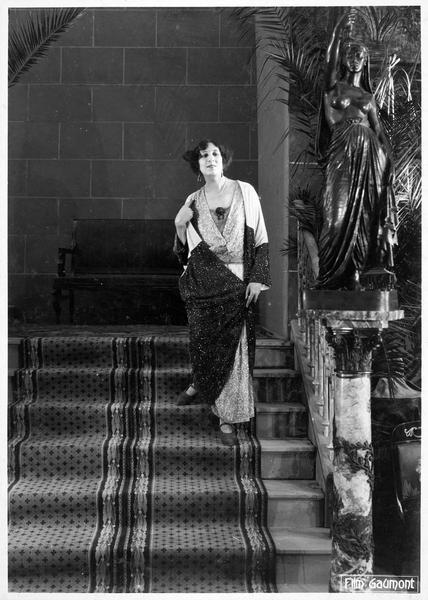 Palmyre (A. Tissot) descendant l'escalier