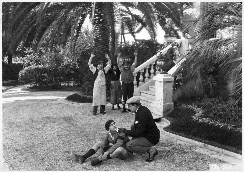 Le détective Félix Perrin (R. Poyen) et le détective Claudin (F. Herrmann) dans un parc